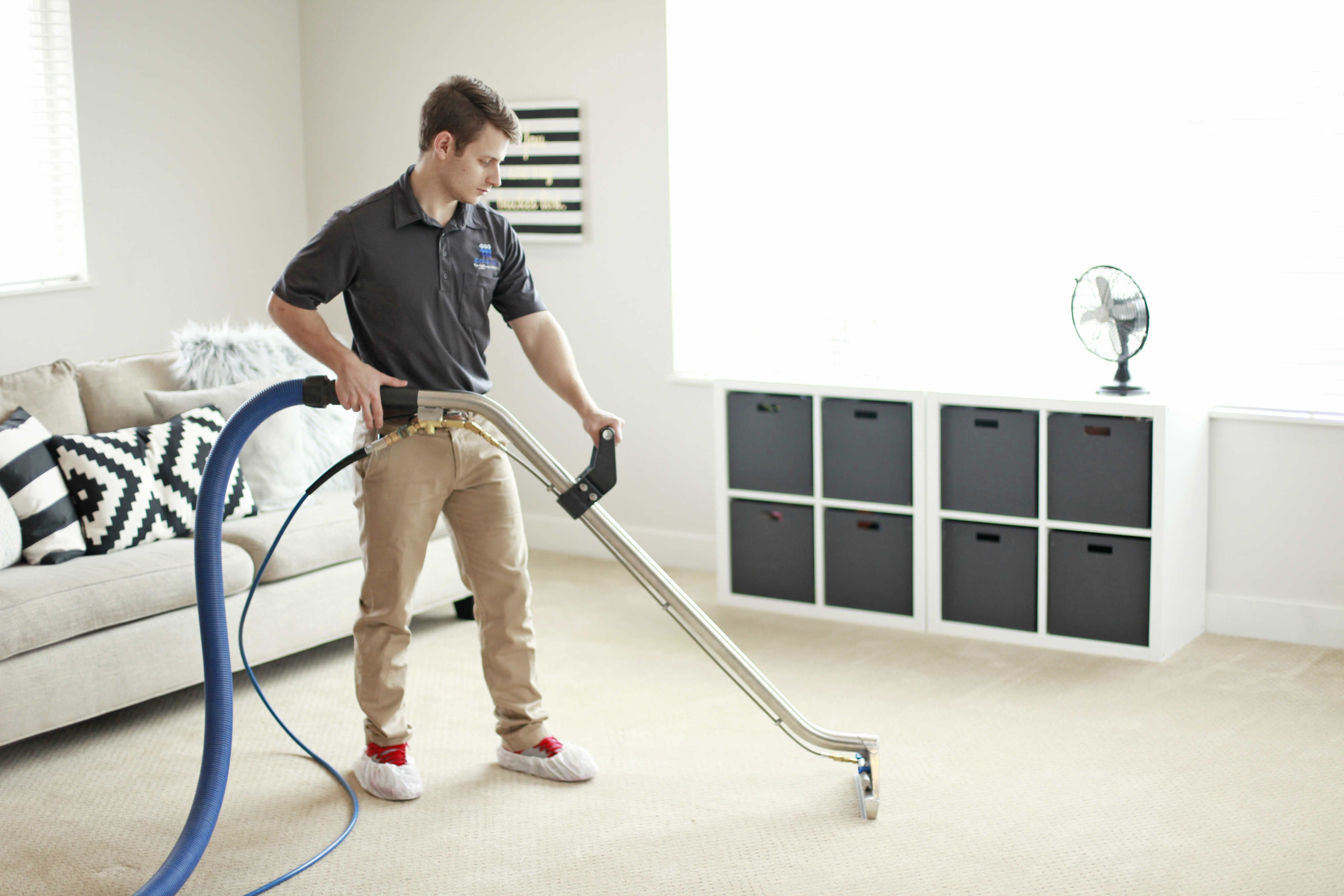 Carpet cleaning lifter