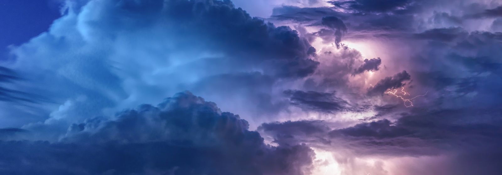 Warning signs that a summer storm is near