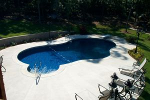 Freeform Vinyl Pool with Decorative Wall
