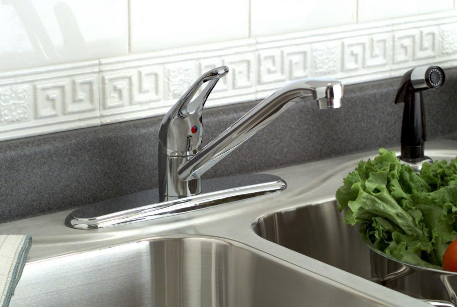 Bayview Kitchen Faucet with Sprayer | Delta Plumbing